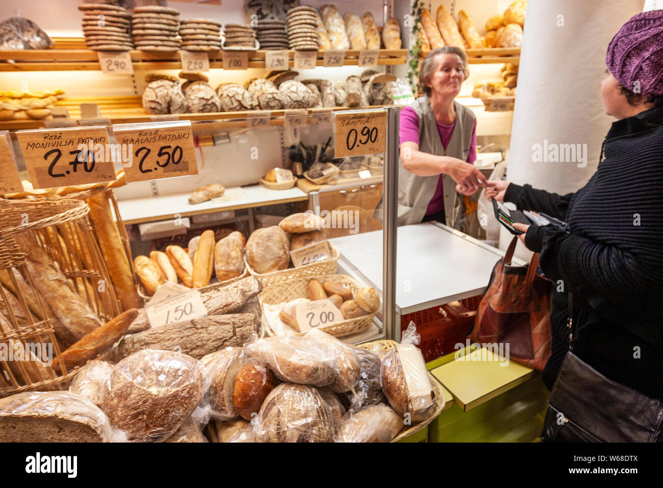 buying-bread-in-a-bakery-in-kauppahalli-