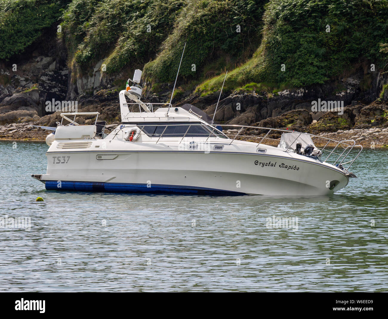 union-hall-west-cork-ireland-1st-august-2019-the-rnli-crew-from-union-hall-today-rescued-a-family-of-4-from-a-sinking-pleasure-cruiser-the-cruiser-crystal-rapide-struck-rocks-near-rabbit-island-and-was-taking-in-water-the-rnli-in-their-rib-the-margaret-bench-of-solihull-rescued-the-family-including-2-children-taking-them-back-to-union-hall-the-craft-was-beached-in-carrigillihy-harbour-credit-aphperspective-alamy-live-news-W6EED9.jpg