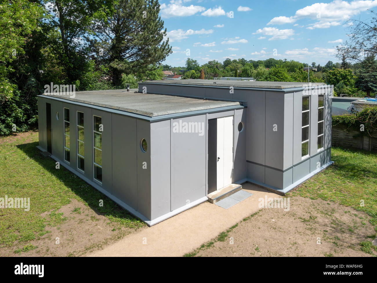 https://c7.alamy.com/comp/WAF6HG/stahlhaus-dessau-steel-house-trten-estate-in-dessau-by-georg-muche-in-1926-as-prefab-experiment-for-the-bauhaus-predicting-container-housing-WAF6HG.jpg