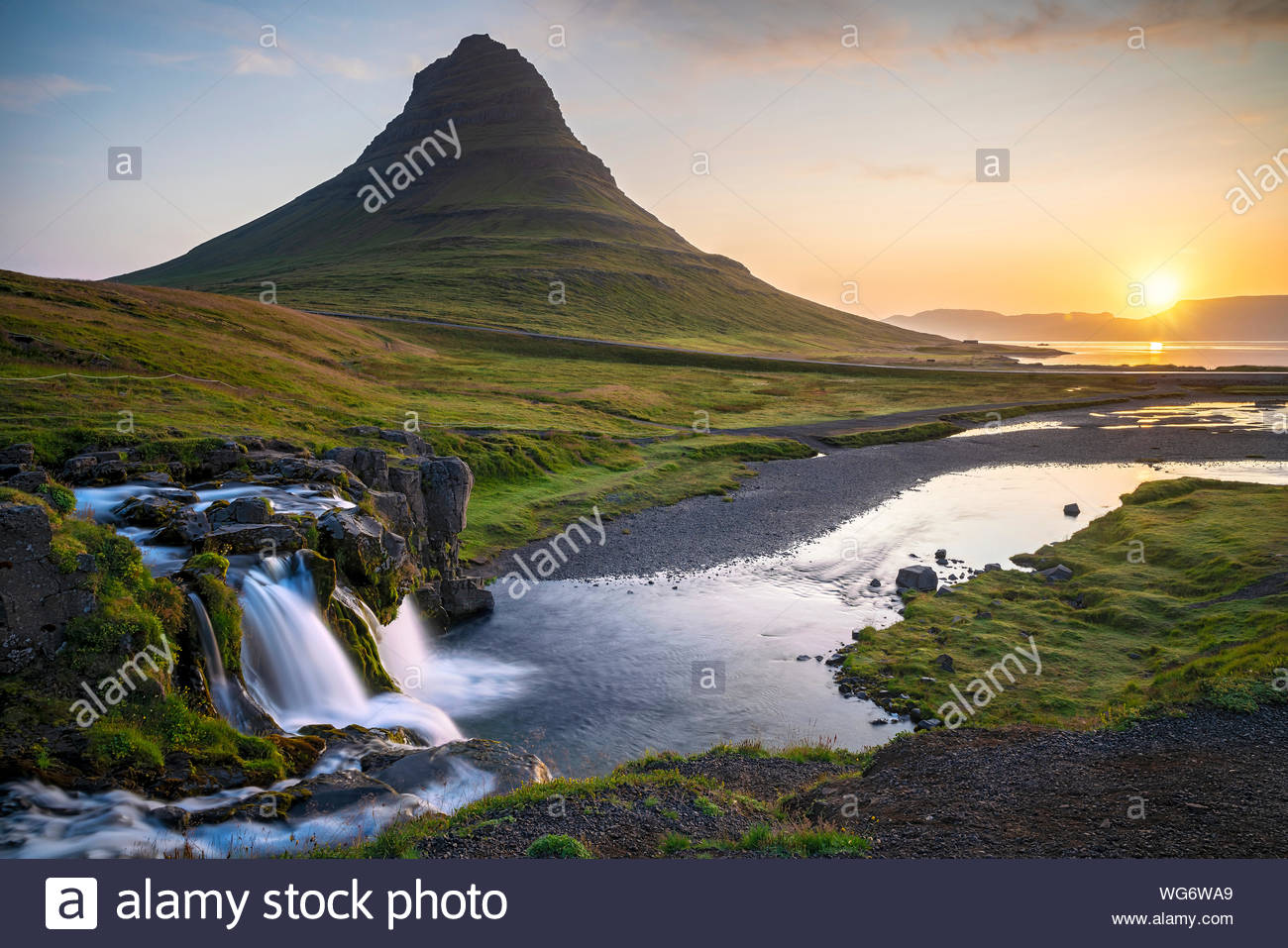 iceland-kirkjufell-mountain-and-kirkjufellfoss-falls-in-snfellsnes-peninsula-near-the-town-of-grundarfjrur-WG6WA9.jpg