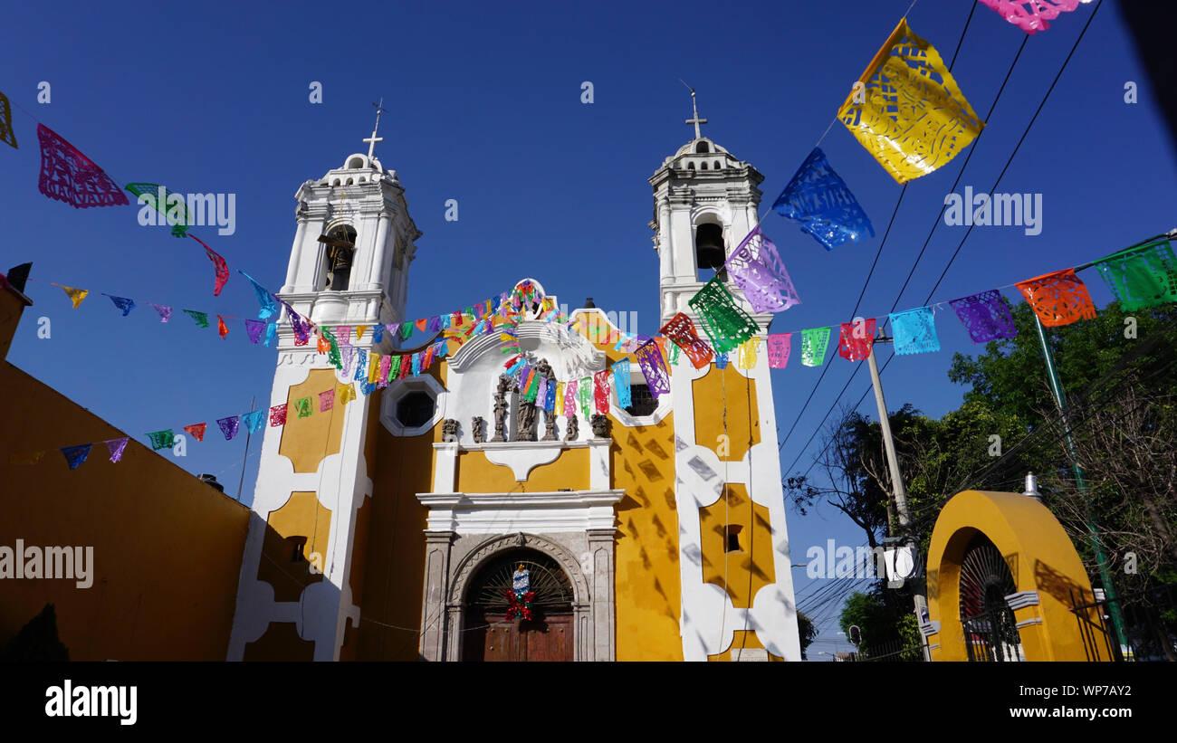 la-iglesia-de-santa-ana-church-of-santa-ana-el-barrio-de-perslvillo-la-delegacin-cuauhtmoc-papel-picado-cut-paper-flags-mexico-city-mexico-WP7AY2.jpg