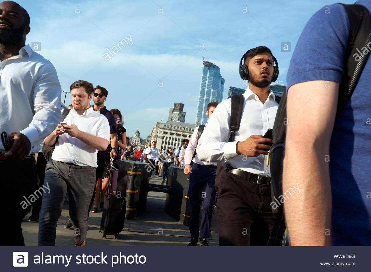 pedestrian-commuters-cross-london-bridge-at-the-end-of-the-day-london-uk-WW8D8G.jpg