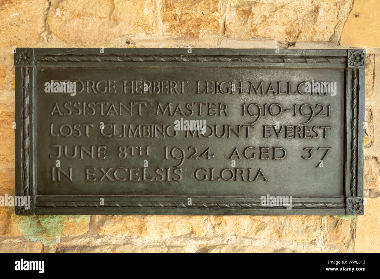 memorial-to-mountaineer-george-mallory-assistant-master-at-charterhouse-school-surrey-uk-killed-while-climbing-mount-everest-in-1924-WWE813.jpg