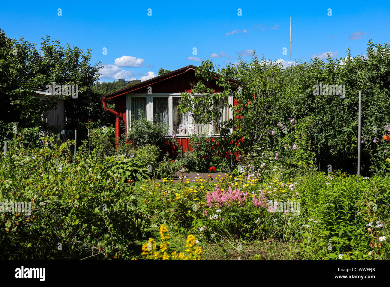 red-allotment-garden-hut-in-helsinki-fin