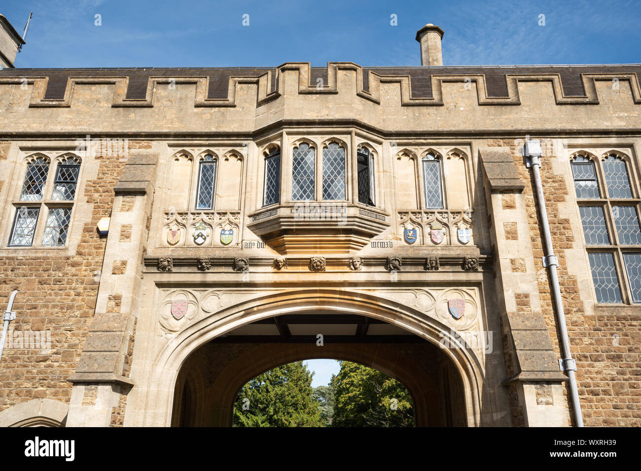 charterhouse-school-a-historic-boarding-school-in-surrey-this-building-is-brooke-hall-used-as-a-common-room-for-staff-WXRH39.jpg