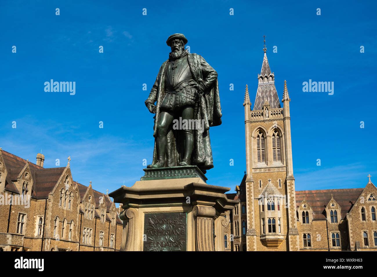 charterhouse-school-a-historic-boarding-school-in-surrey-england-uk-statue-of-the-founder-thomas-sutton-in-front-of-the-school-and-founders-court-WXRH63.jpg