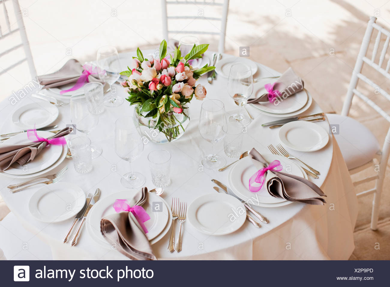 Place setting and centerpiece at wedding reception - Stock Image
