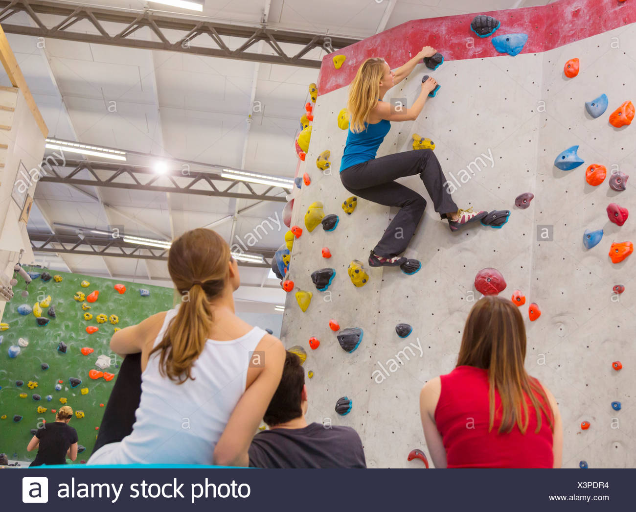 Friends relaxing together, indoor climbing - Stock Image