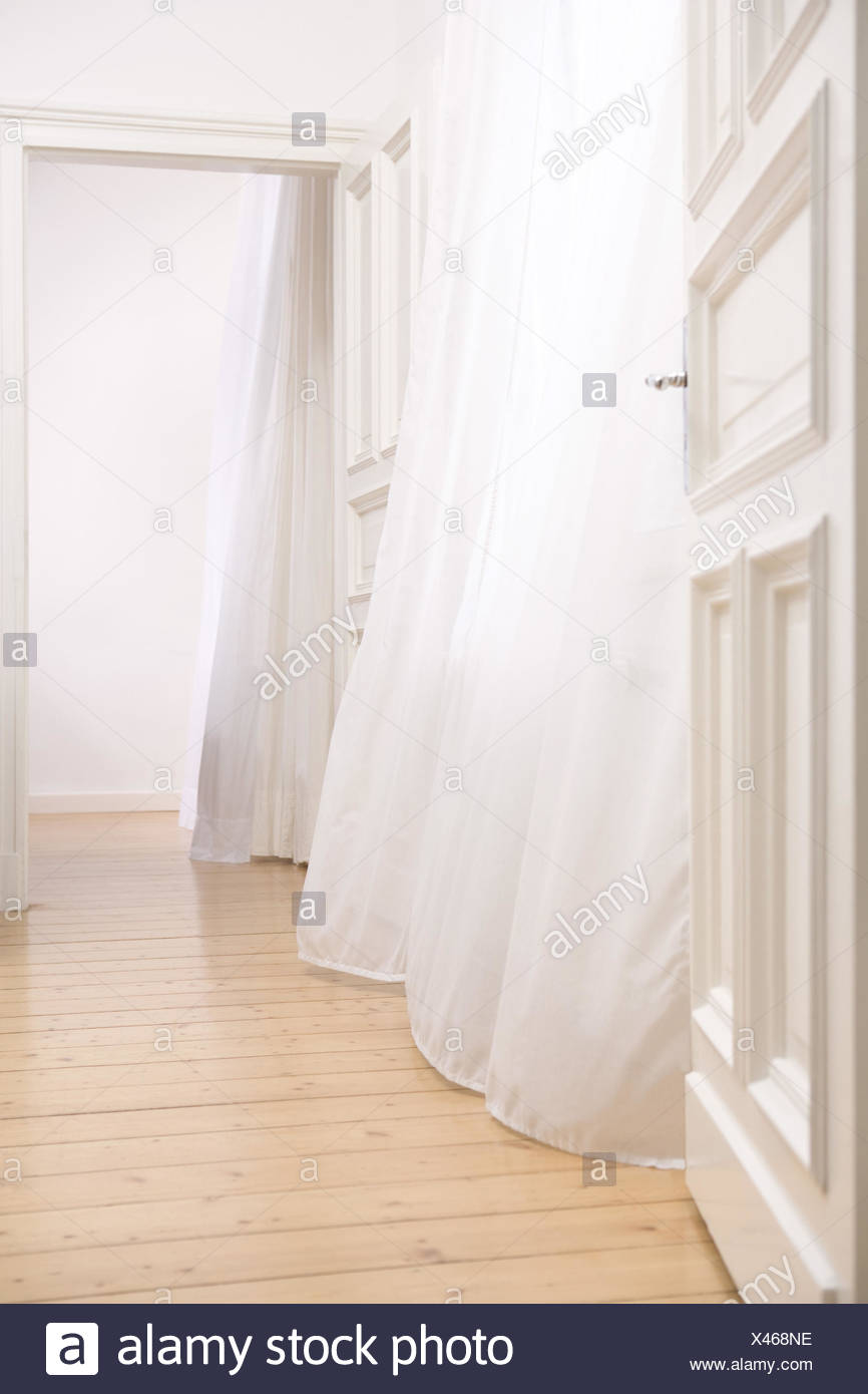 Apartment, empty, doors, frankly, curtains,  blows  Rooms, areas, floor, parquet, parquet floor, curtains, white, airy, breezy, drafty, draft, brightly, concept move departure, moves, Neuanfang, beginning, end, eerily, mysteriously, interior - Stock Image