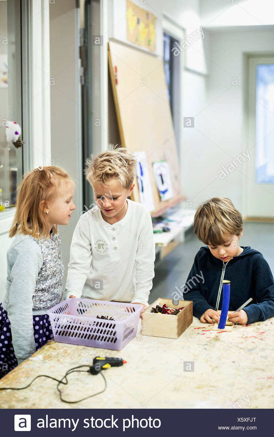 Students in art class at kindergarten - Stock Image