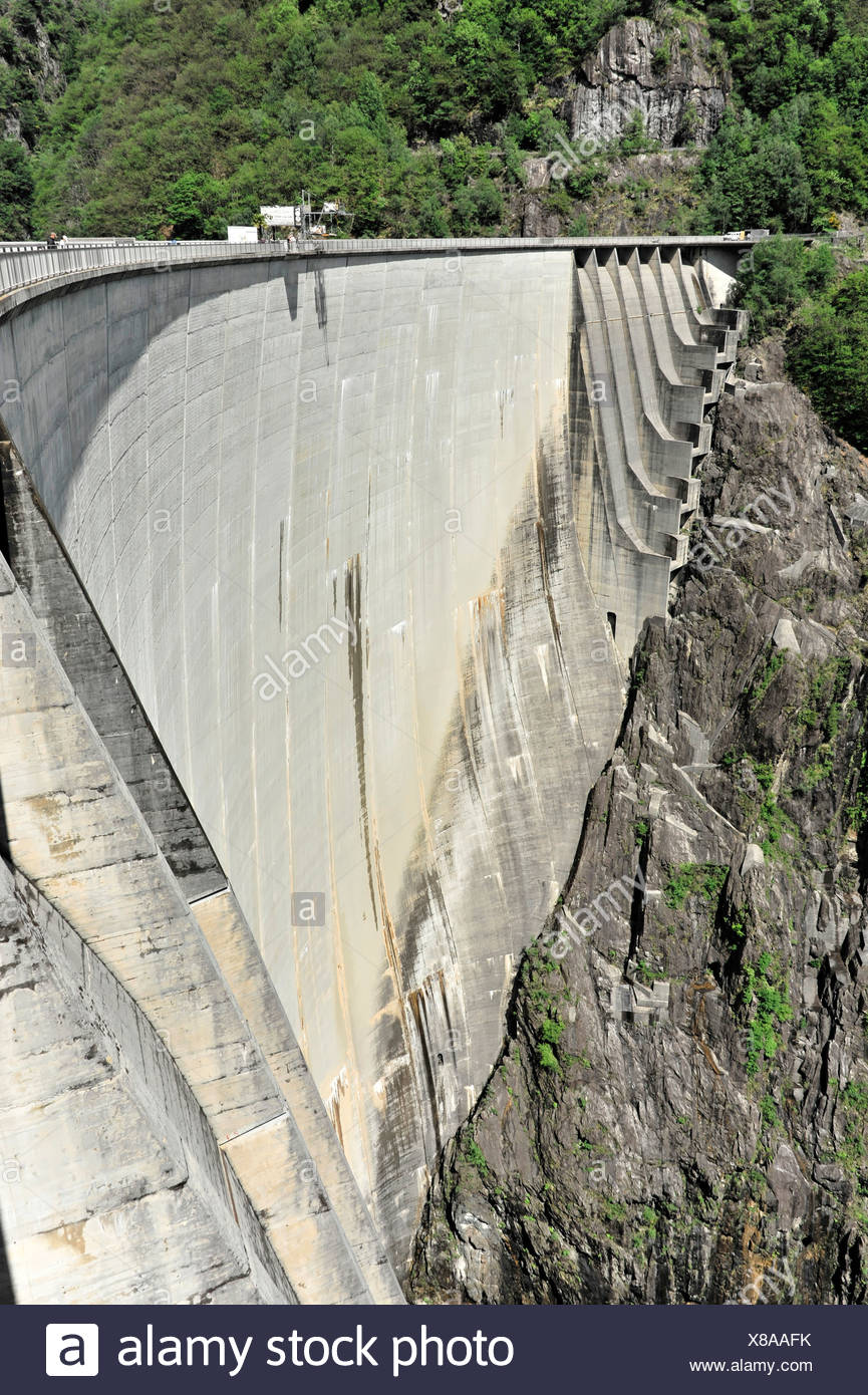 Contra-dam wall with overflows on the sides, site of James Bond's bungee jump in the film Goldeneye, a diving platform in the - Stock Image