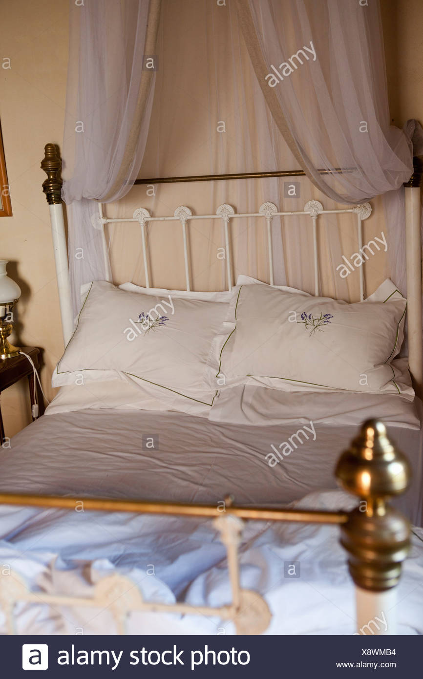 Old-fashioned bed with curtains - Stock Image