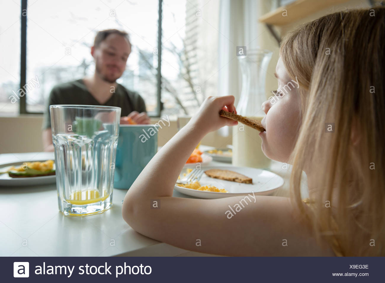 Father and daughter having breakfast - Stock Image