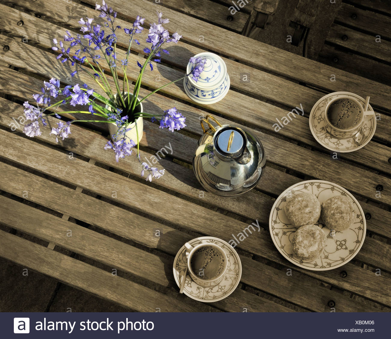 LIFESTYLE: Coffe Table with flowers - Stock Image