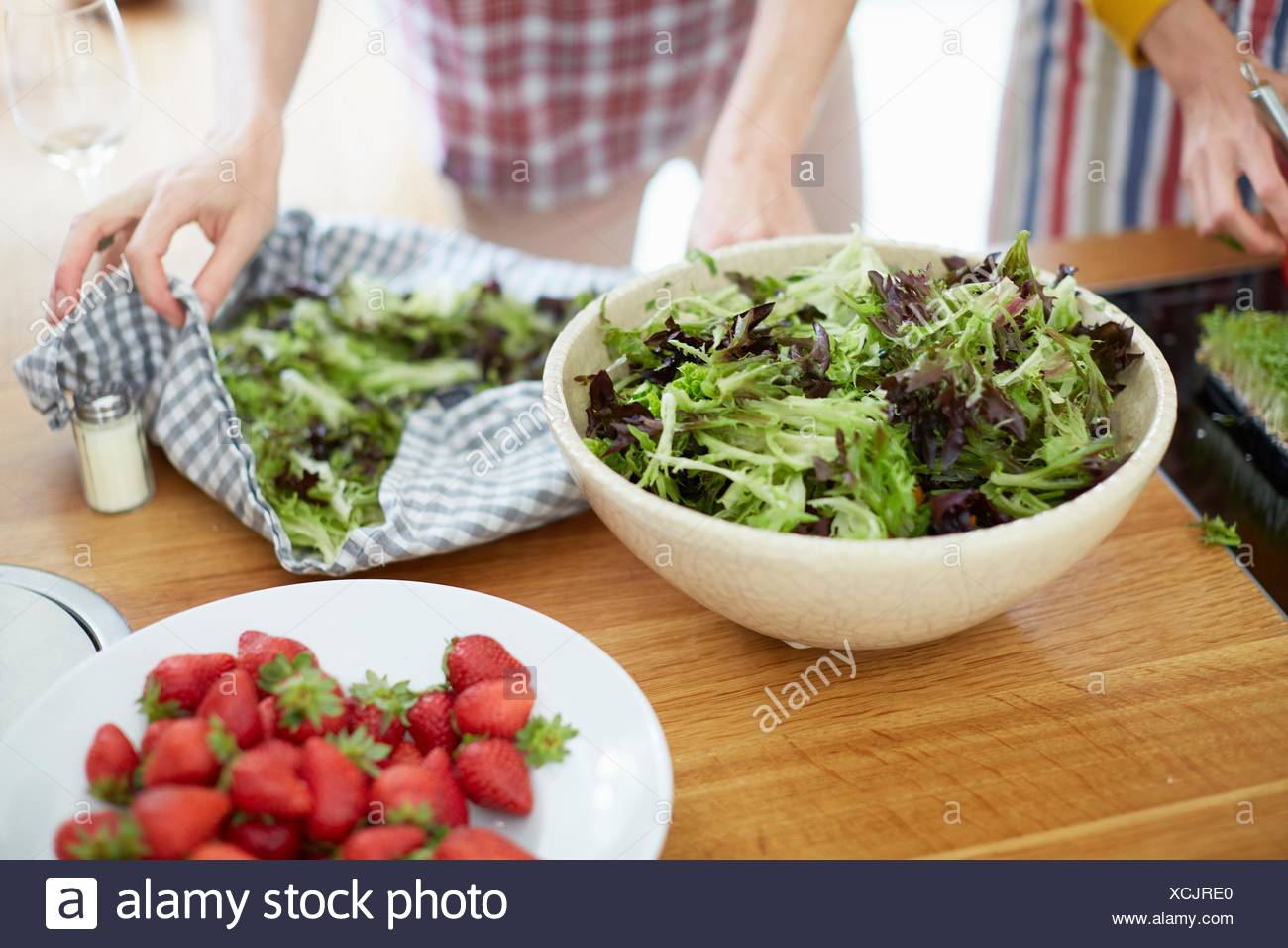 Women preparing meal in kitchen - Stock Image
