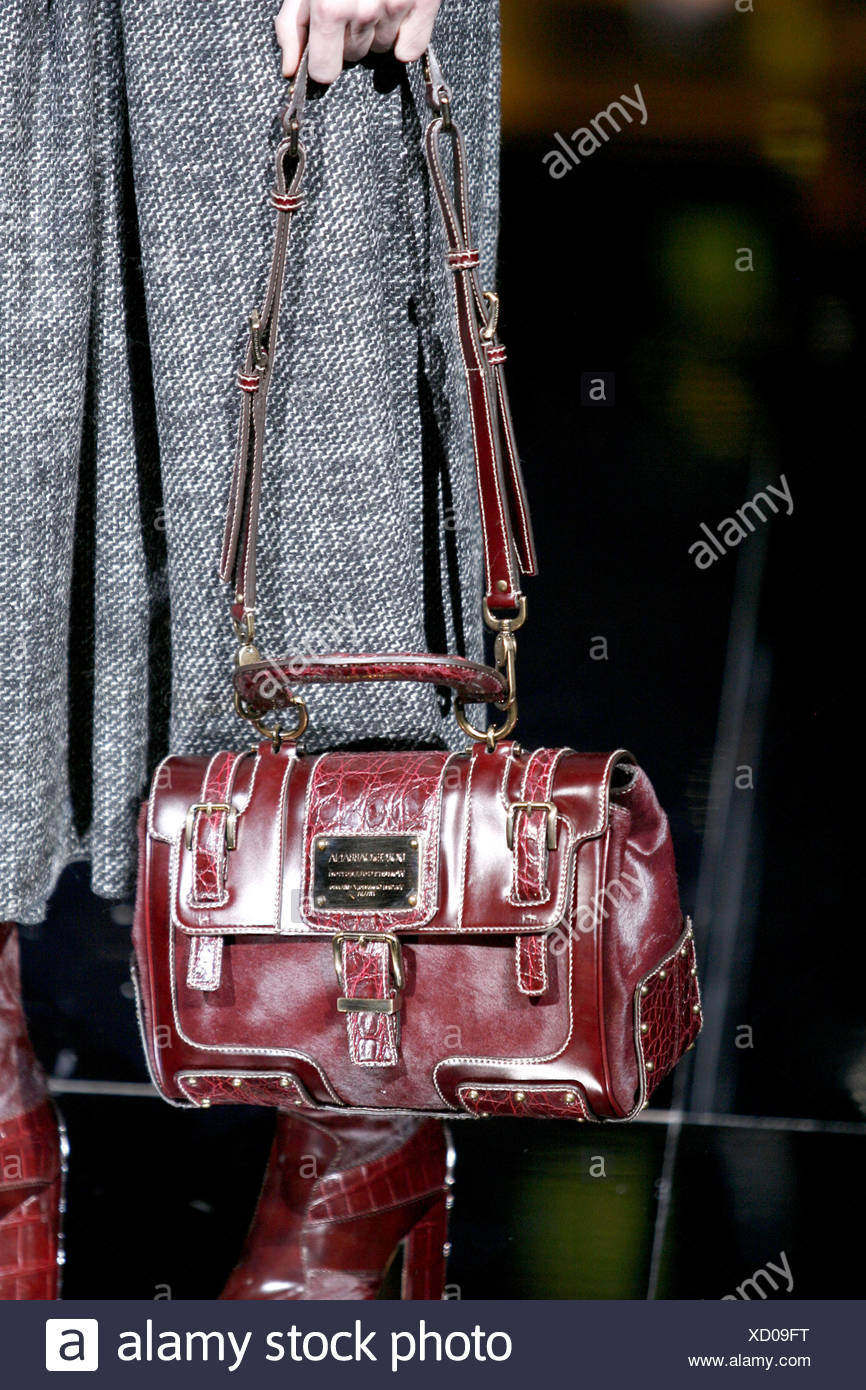 e83b1b5df5 Dolce   Gabbana Ready to Wear Autumn Winter Cropped image burgundy  snakeskin trimmed bag with long straps