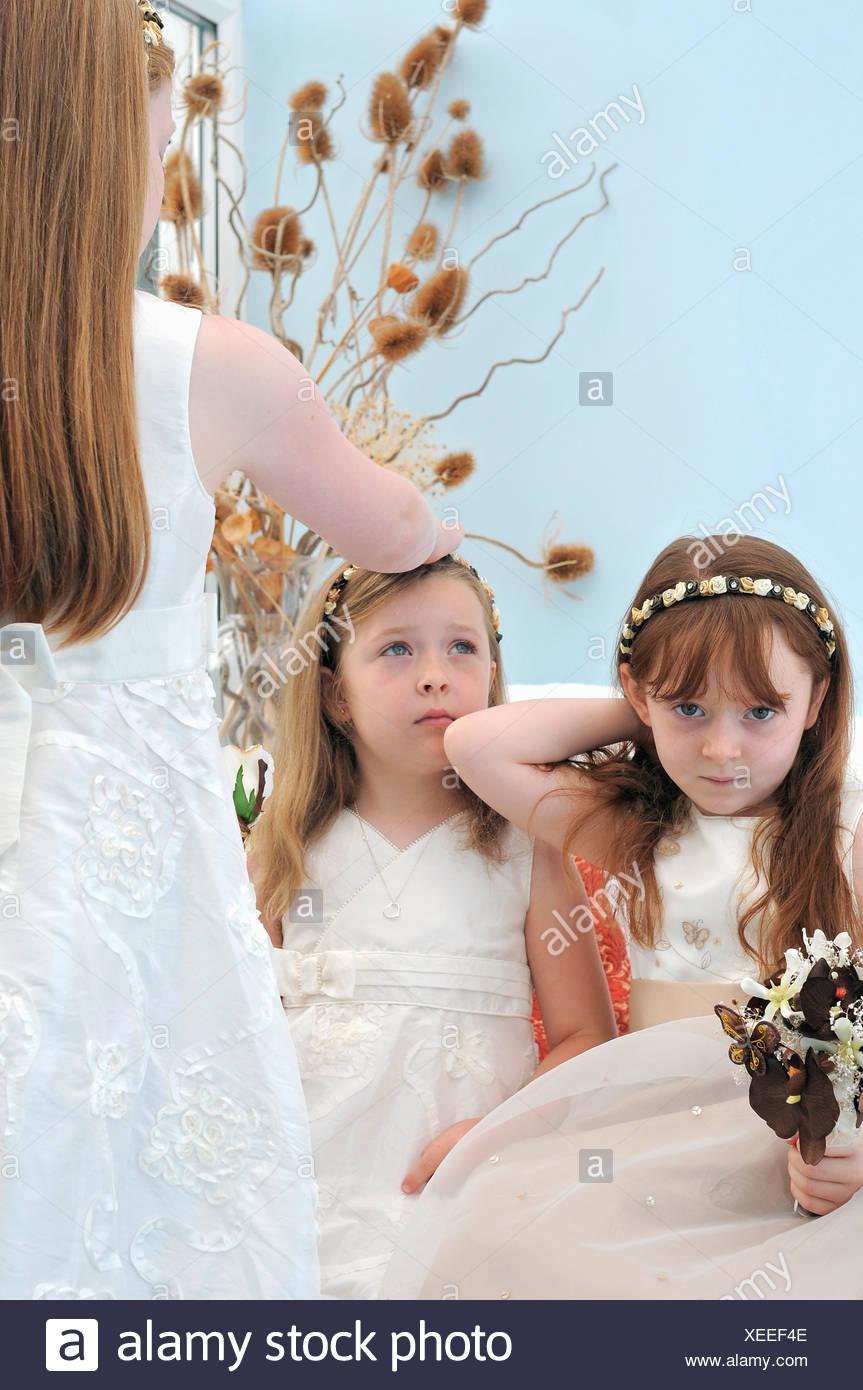Bored flower girls in wedding - Stock Image