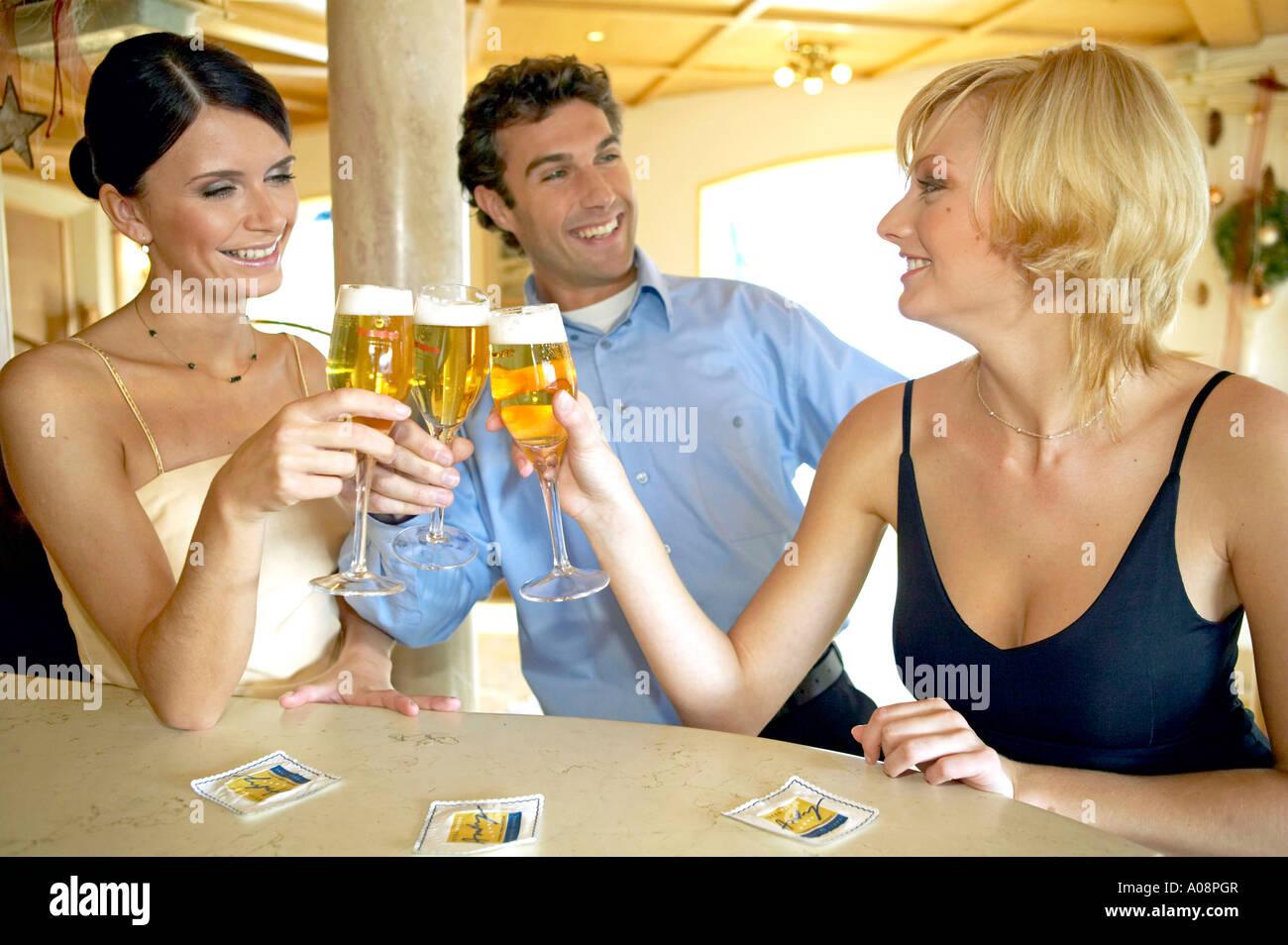 Mann flirtet mit allen