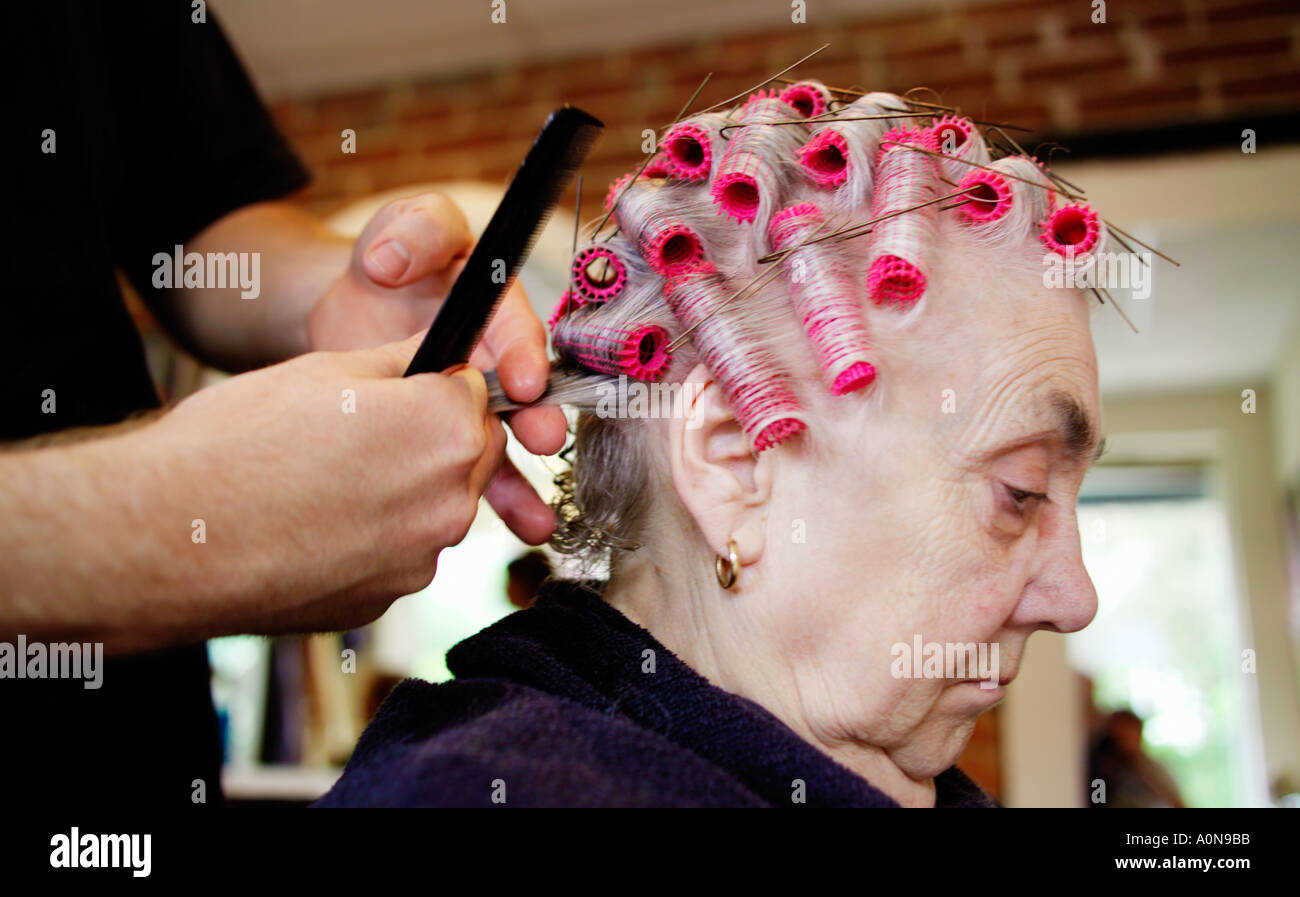 Lady 70s 80s at traditional hairdressers England UK Stock Foto