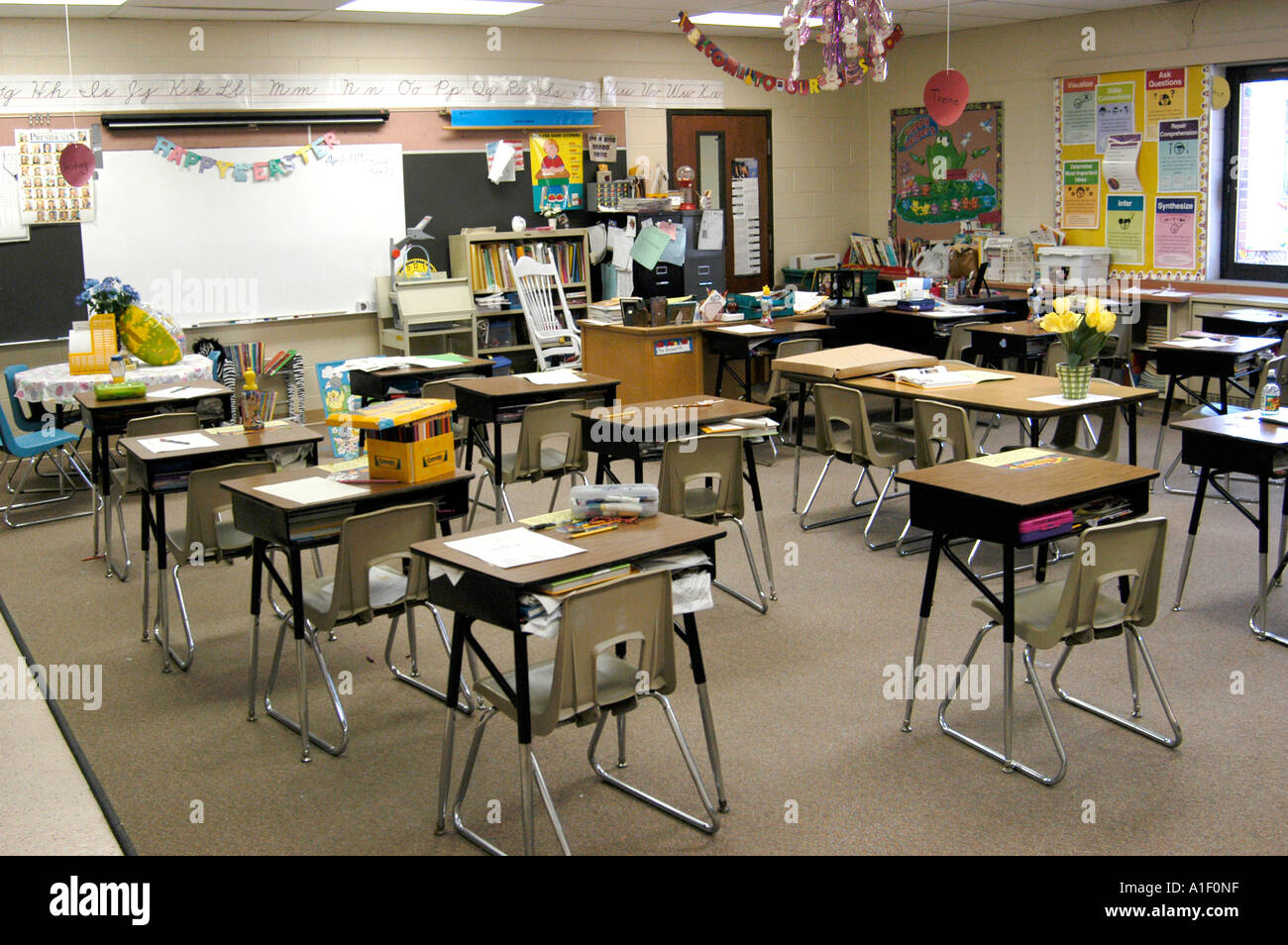 Empty elementary grade school classroom with desks and ...