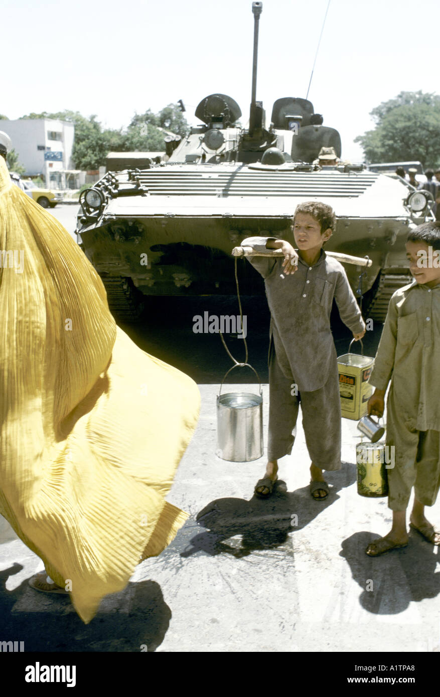 Soviet Afghanistan war - Page 6 Child-with-containers-of-water-in-front-of-soviet-tank-kabul-afghanistan-A1TPA8