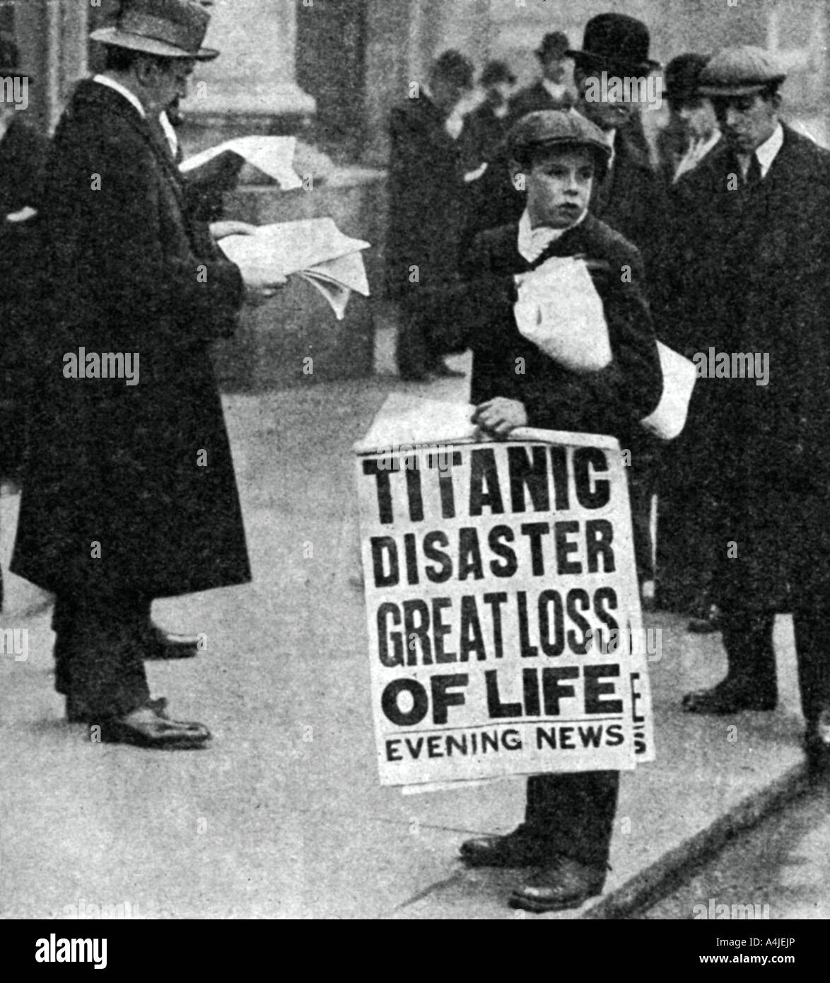 Newspaper boy with news of the Titanic disaster 14 April 1912  Stock Foto