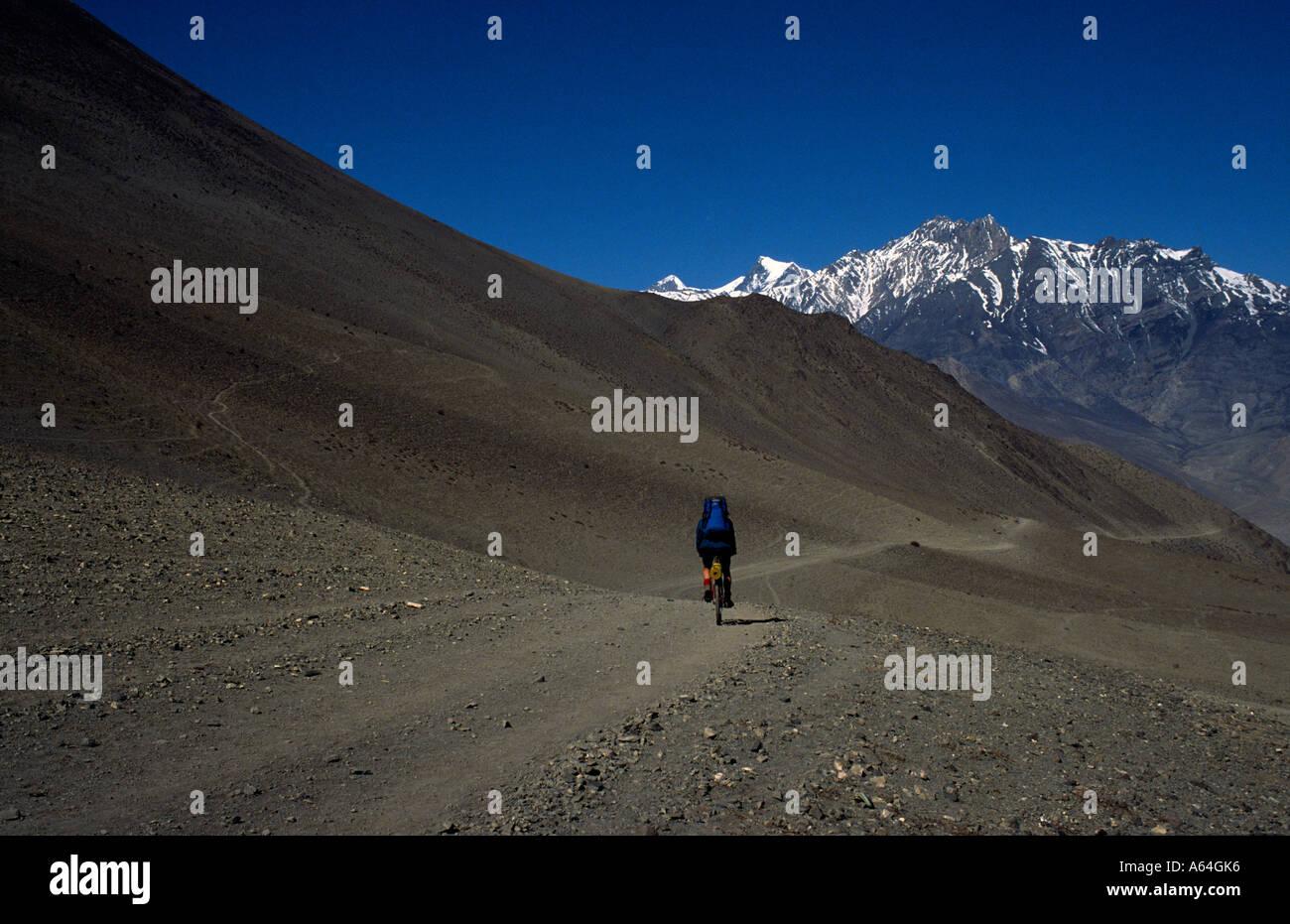 PICTURE CREDIT DOUG BLANE Doug Blane mountain biking around the Annapurna Circuit in the Himalayan Kingdom of Nepal Stock Photo