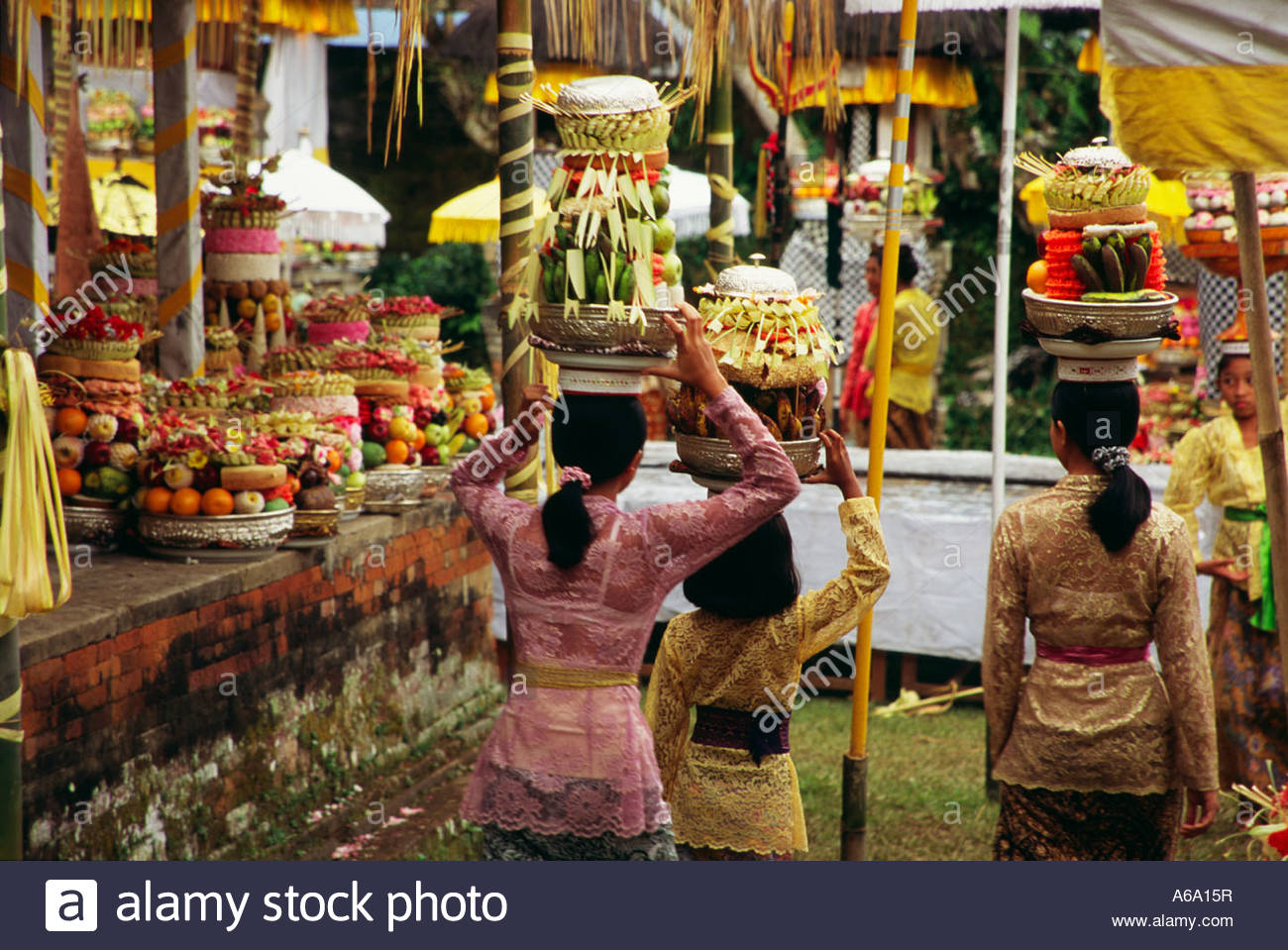 ubud women The film, which mostly consisted of scenes of topless balinese women was a great success in 1932,  it took place at ubud and padang-padang beach at bali.