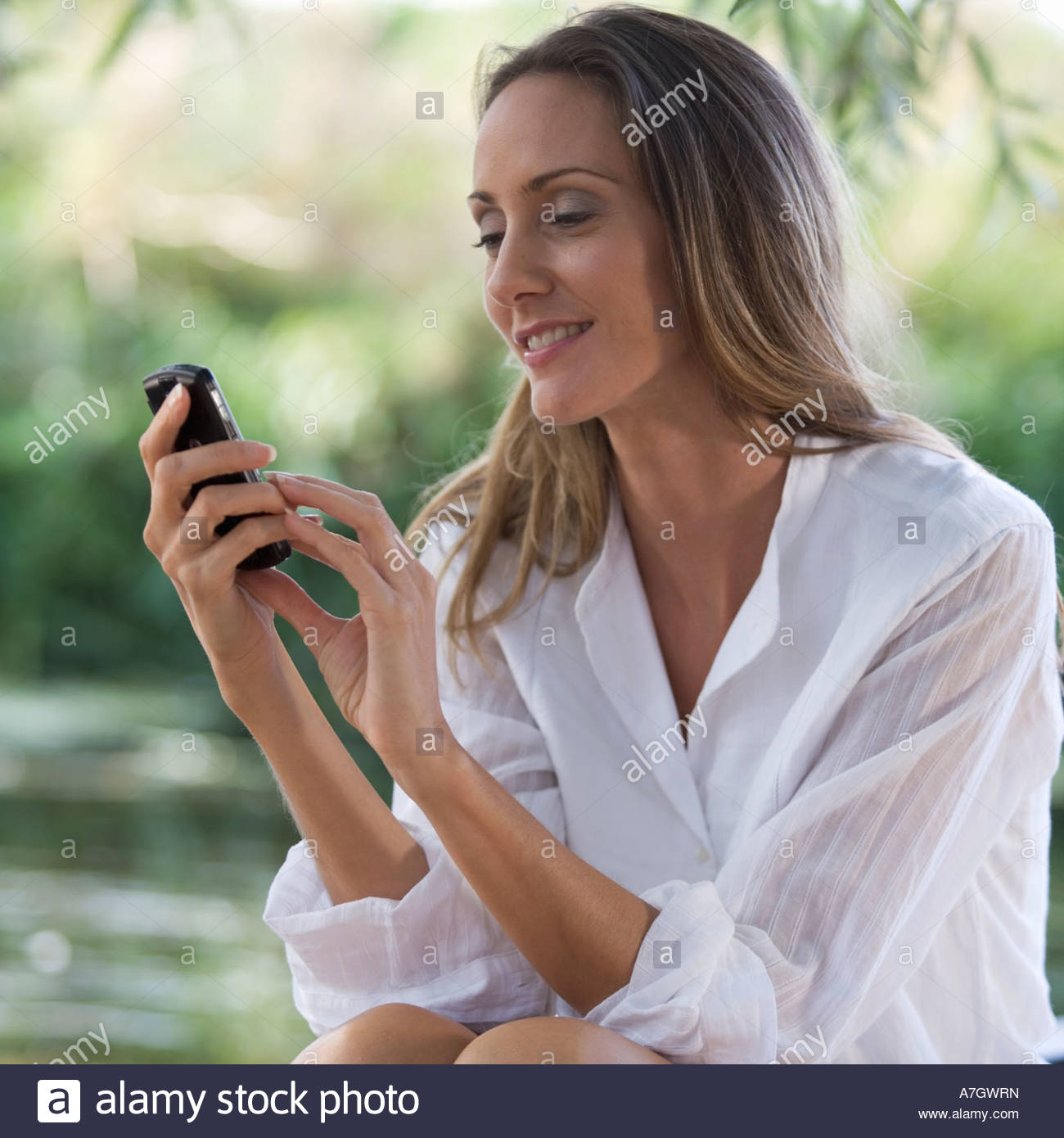 young-woman-using-a-mobile-phone-A7GWRN.