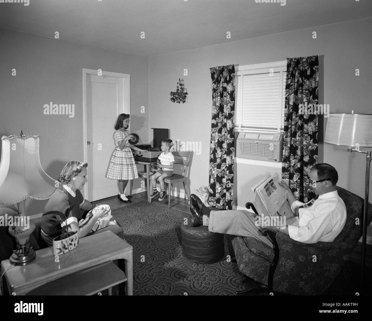 1950s family living room dad newspaper mother sewing kids for Wohnzimmer 1950