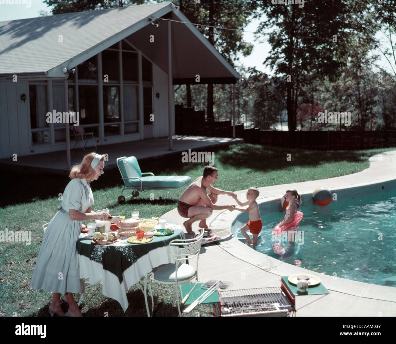 1950s FAMILY OF 4 BACKYARD SWIMMING POOL HOUSE MOM SERVING