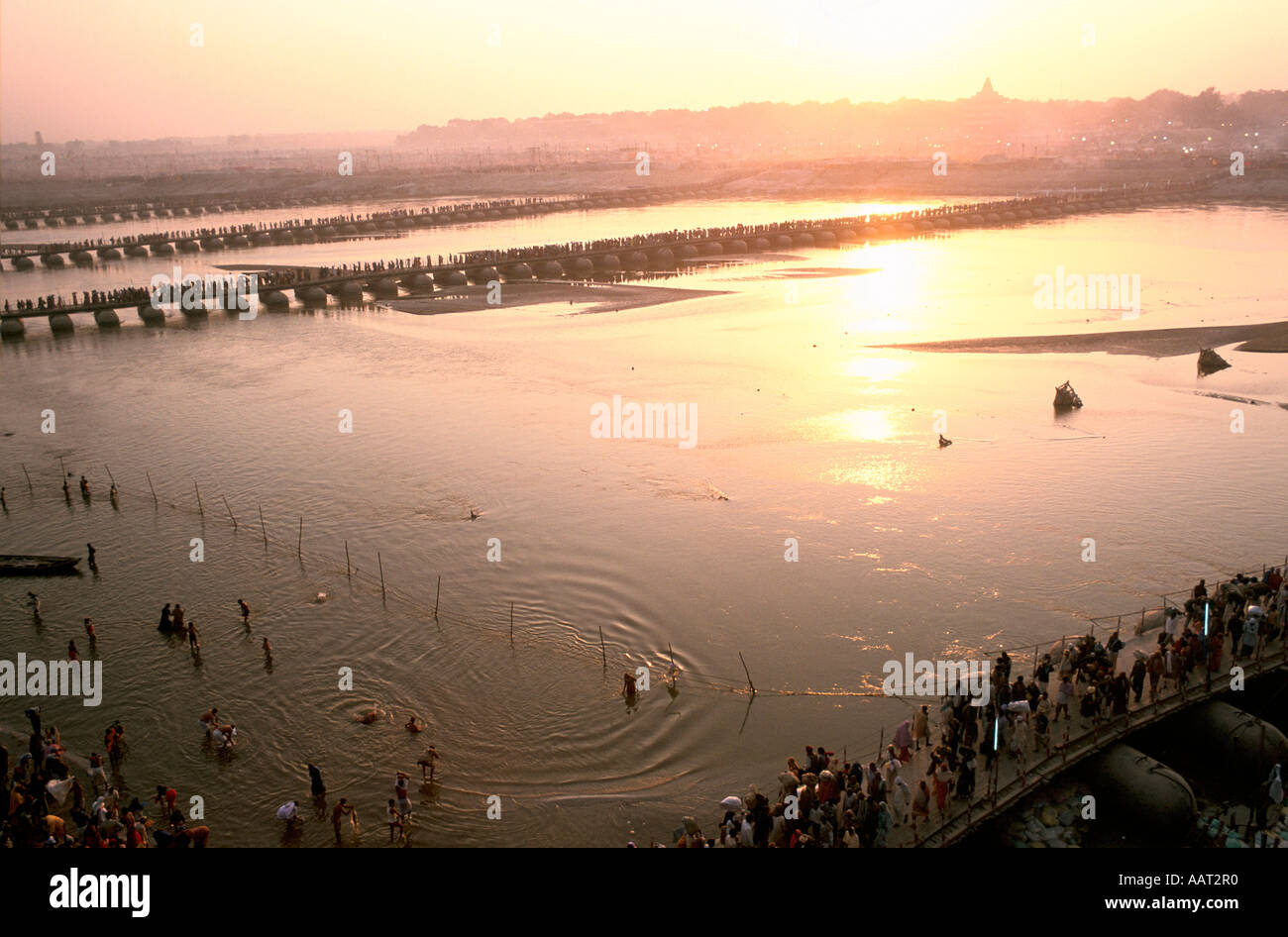 KUMBH MELA INDIA 2001 AS THE SUN SETS OVER ALLAHABAD MANY PILGRIMS BATHE AND PRAY IN THE WATERS OF THE GANGES 2001 Stock Foto