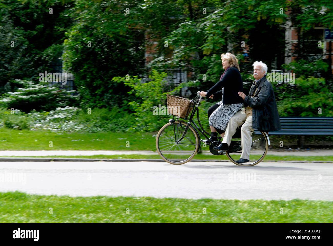 elderly-couple-on-bike-in-vondelpark-ams