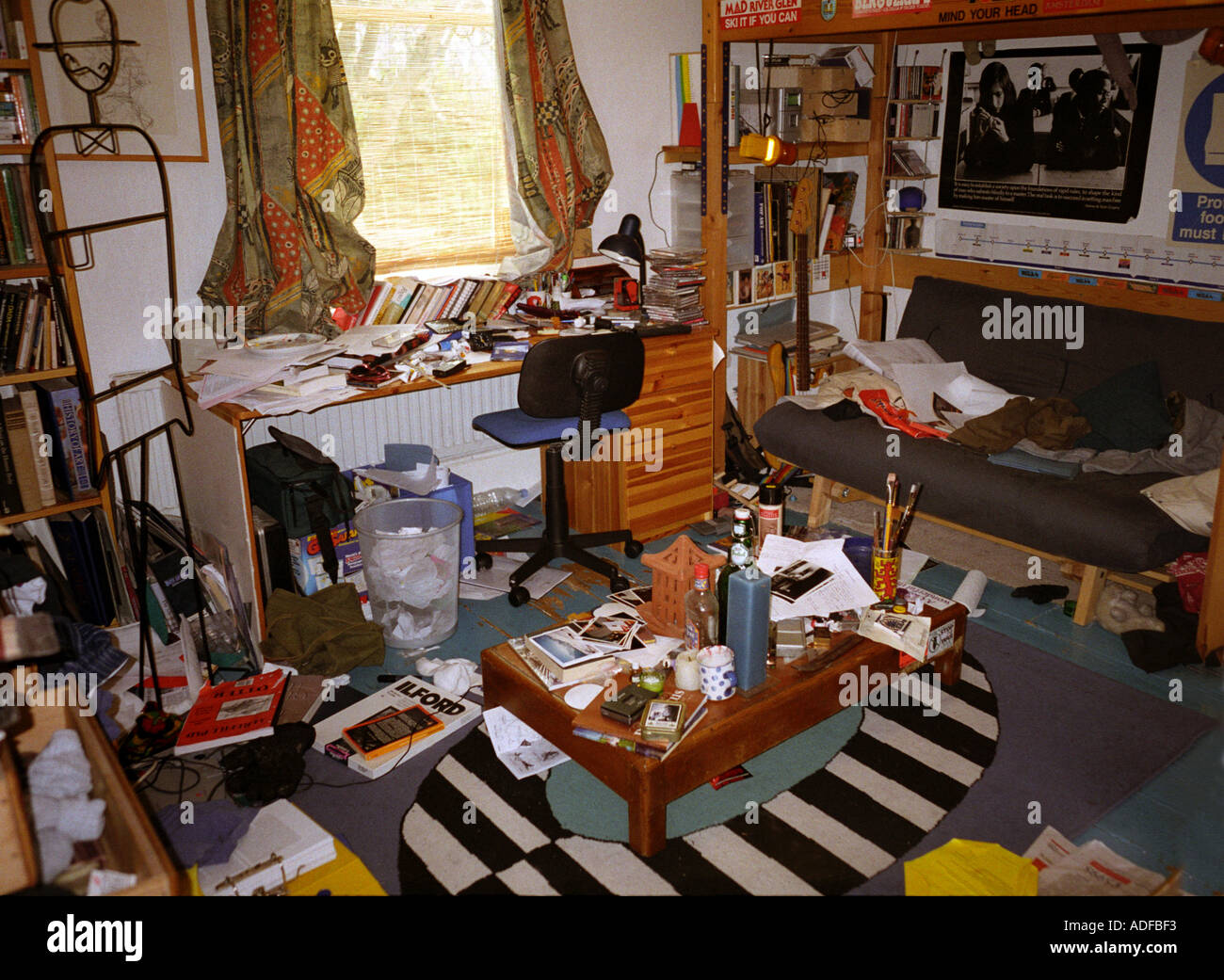 Extremely messy teenage bedroom stock photo 916467 alamy for Small dirty room 7 letters