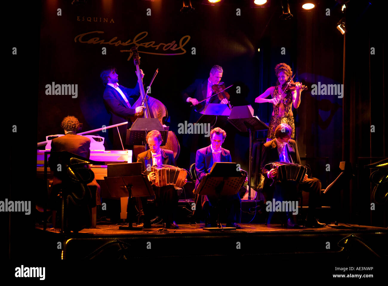 http://c7.alamy.com/comp/AE3NWP/tango-orchestra-on-stage-dinner-tango-spectacle-at-la-esquina-de-carlos-AE3NWP.jpg