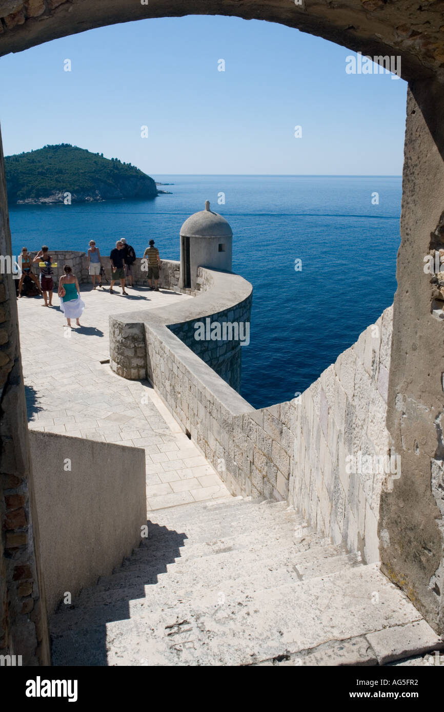 Old city defensive walls in Dubrovnik in Croatia, image includes tourists Stock Foto