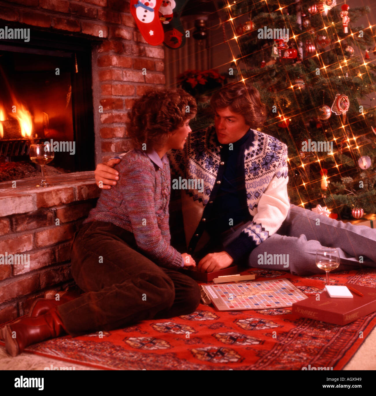 **  LE PASSAGE JOURNALIER ** - Page 37 Christmas-scene-with-young-romantic-couple-playing-scrabble-in-front-AGX949