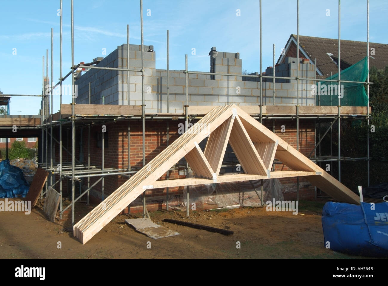 House building site prefabricated timber roof trusses for Prefabricated roof