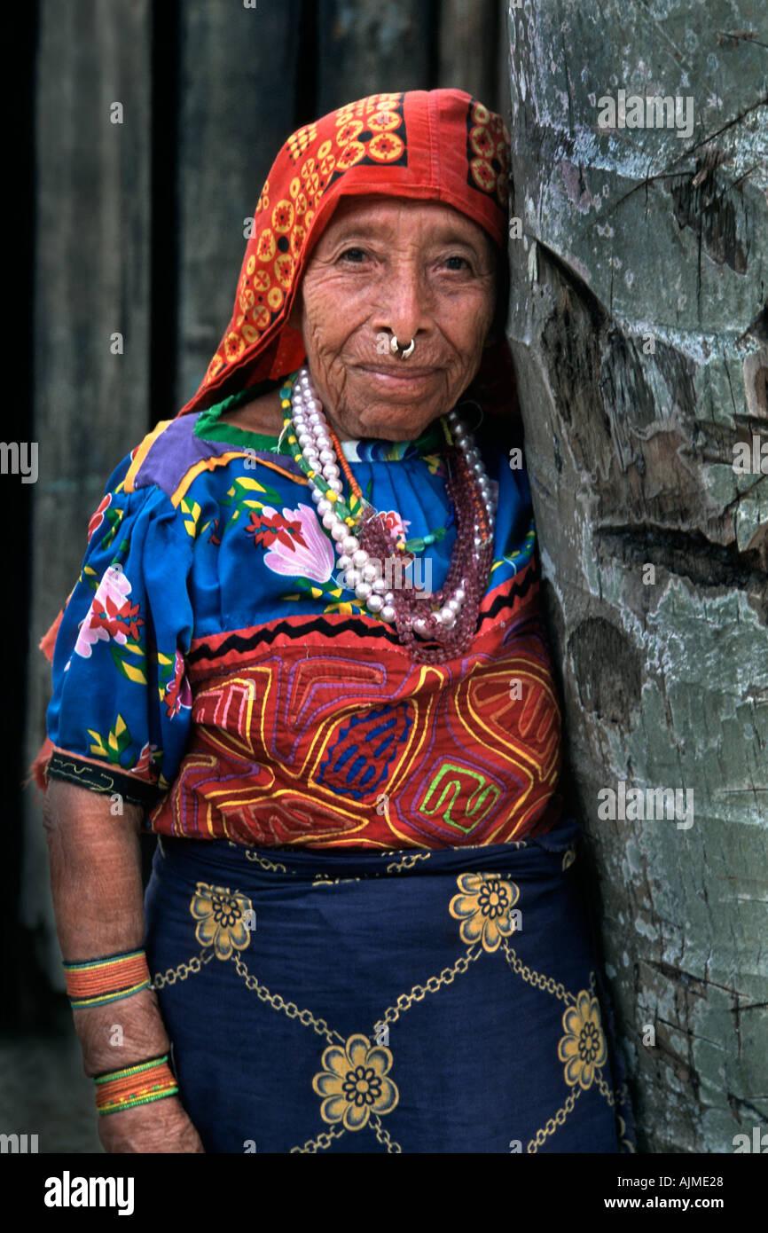 "hindu single women in kuna Kakawin sutasoma is an old javanese poem in poetic metres  not tied to any single function (p 9-10)  ""sejak masa kerajaan-kerajaan kuna di jawa tengah."