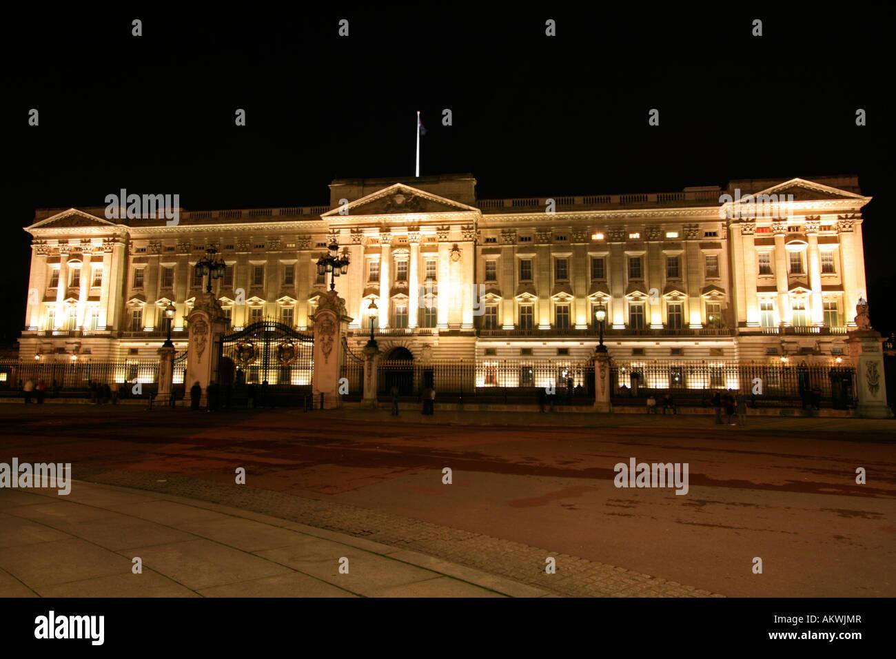 night-time-with-new-lighting-scheme-on-buckingham-palace-london-england-AKWJMR.jpg