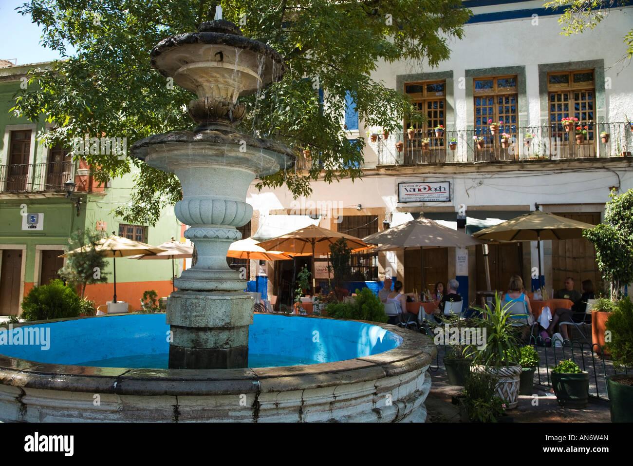 Mexico guanajuato people dining outside near fountain in for 7 jardines guanajuato