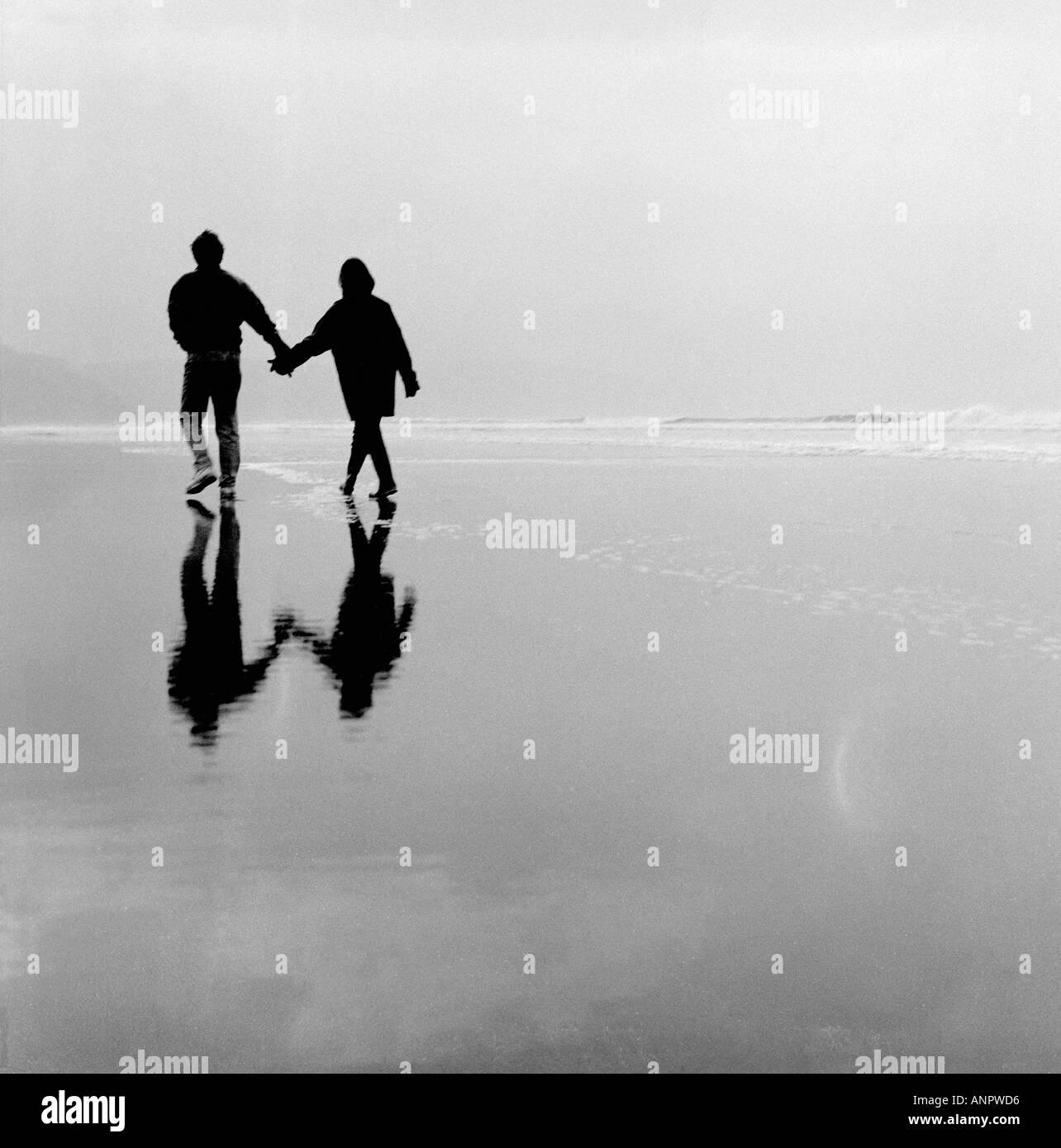 Romantic couple on Bude beach Cornwall UK Stock Foto