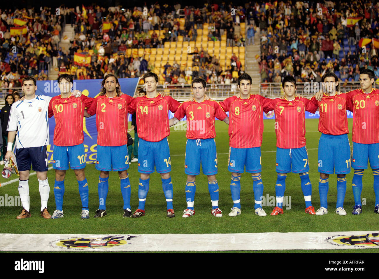 Hilo de la selección de España The-spanish-squad-embracing-while-hearing-the-national-anthem-APRPAR