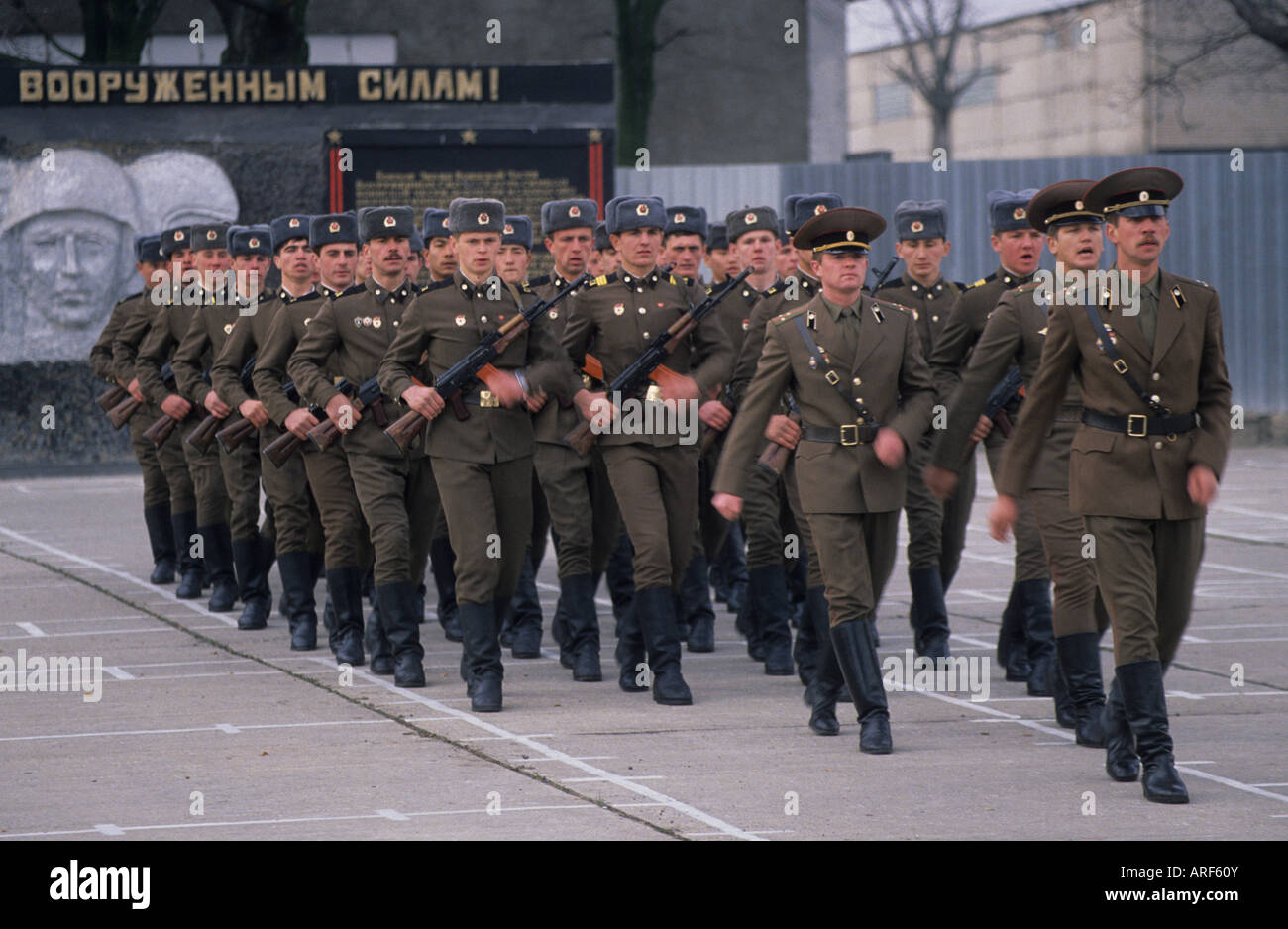 Soviet Armed Forces / Soviet Army (1946-1991) - Page 5 Russian-soldiers-march-barracks-frankfurt-oder-eastern-germany-ARF60Y