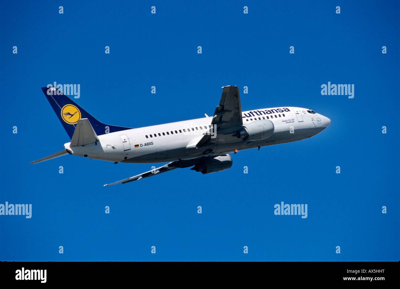 lufthansa-boeing-737-climb-AX5HHT.jpg