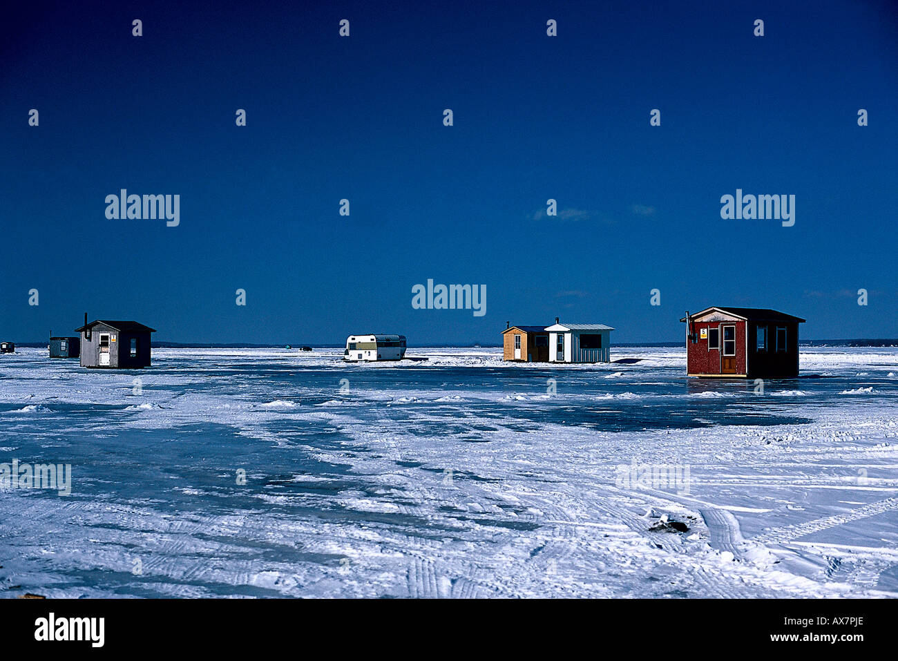 Ice fishing cottages st lawrence river winter prov for St lawrence river fishing
