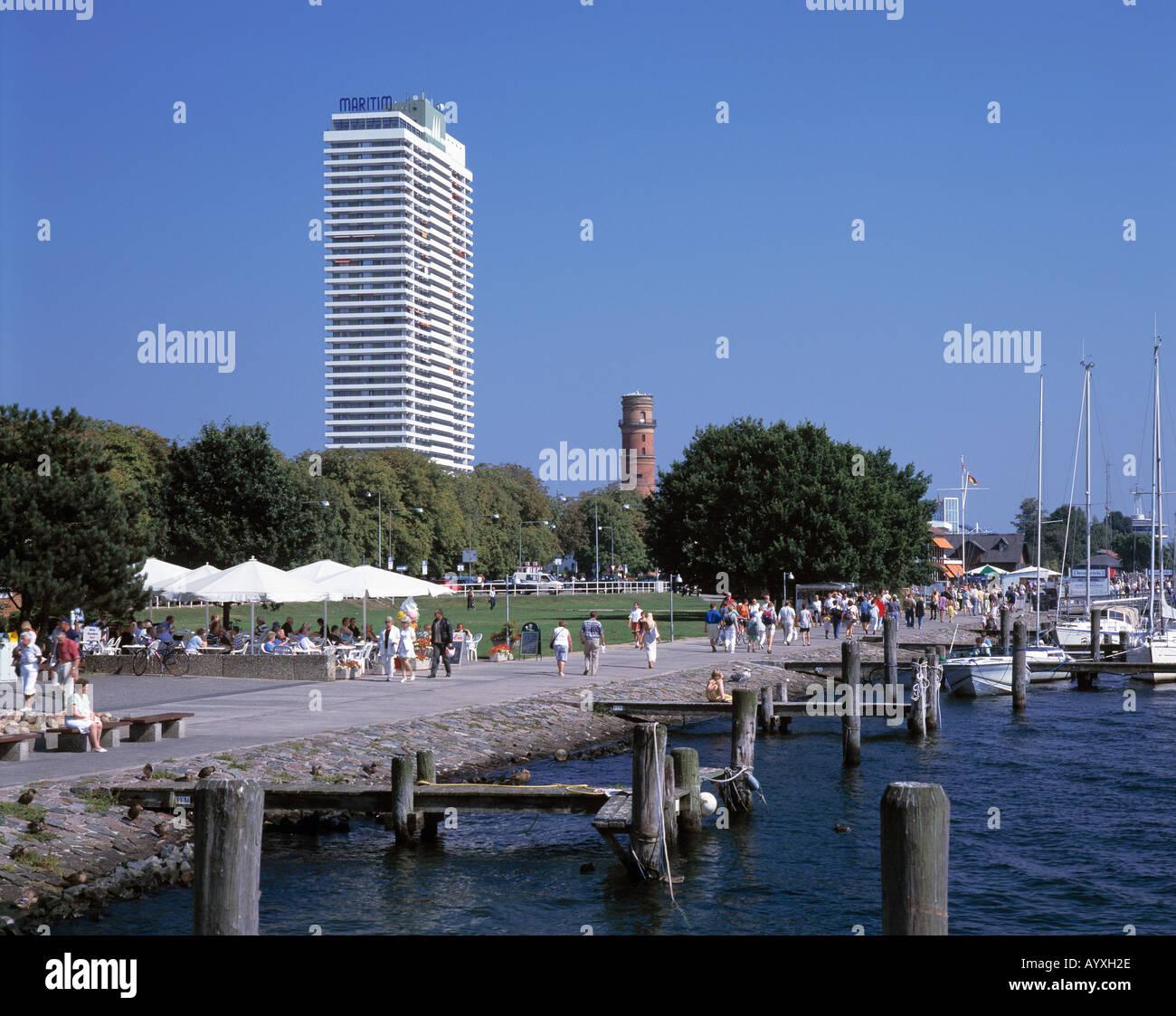 strandpromenade maritim hotel und alter leuchtturm stock. Black Bedroom Furniture Sets. Home Design Ideas