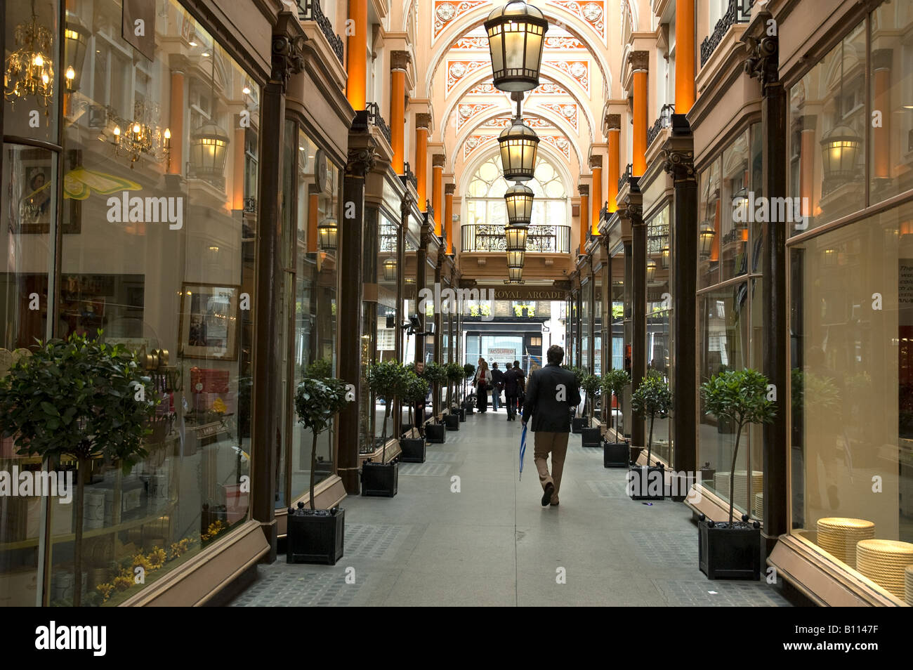 Shopping arcade off new bond street in mayfair london uk for Quartiere mayfair londra