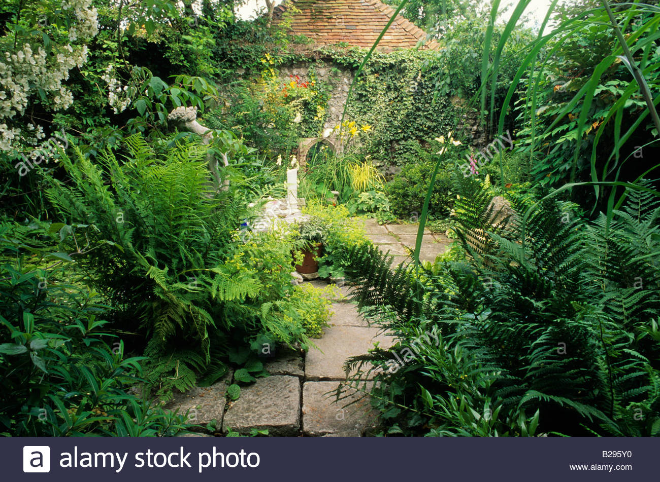 Gardeners cottage hampshire design ivan hicks shady small for Small walled garden design