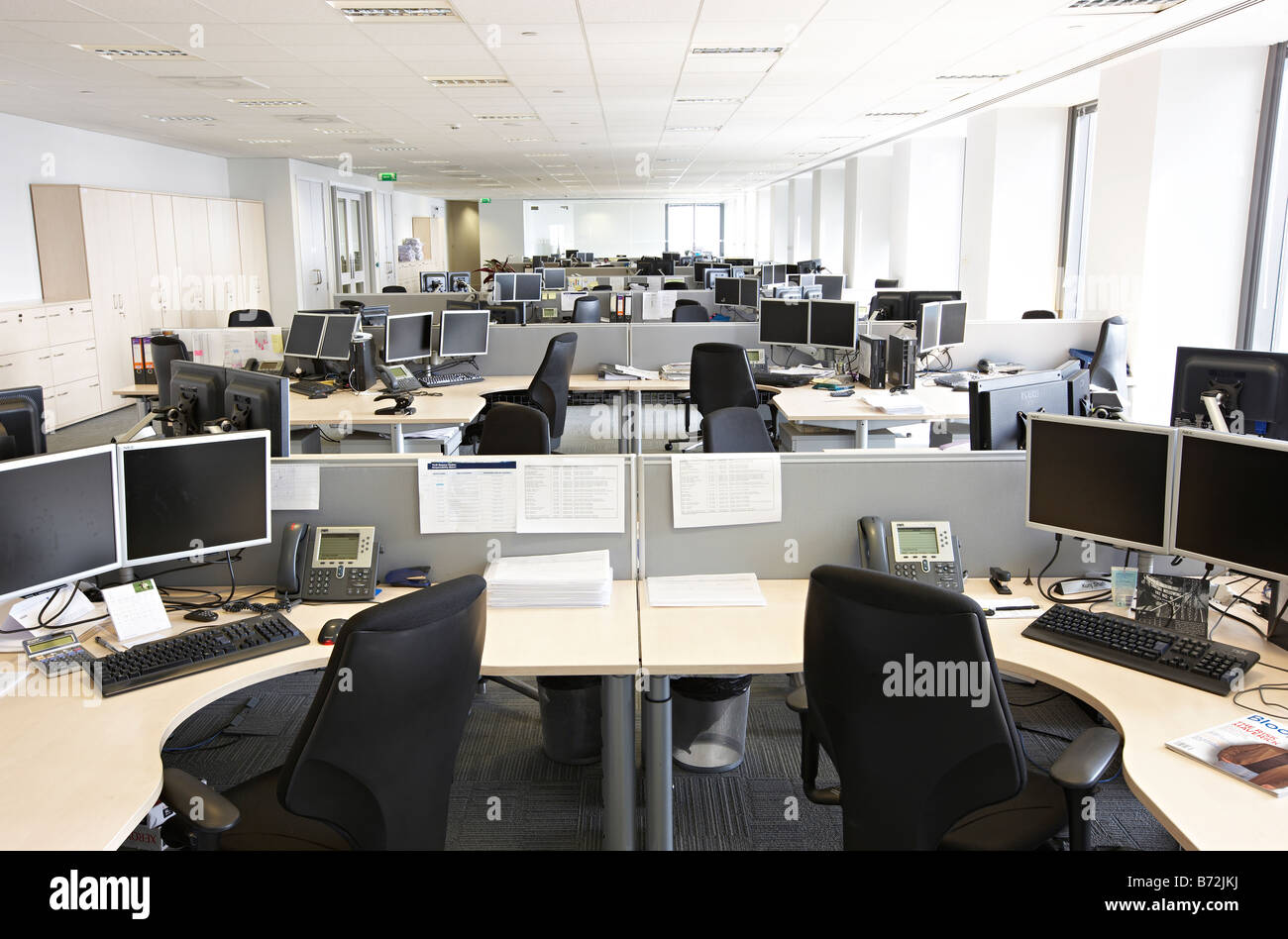 Empty trading desk office canary wharf stock photo for Windows 7 bureau vide